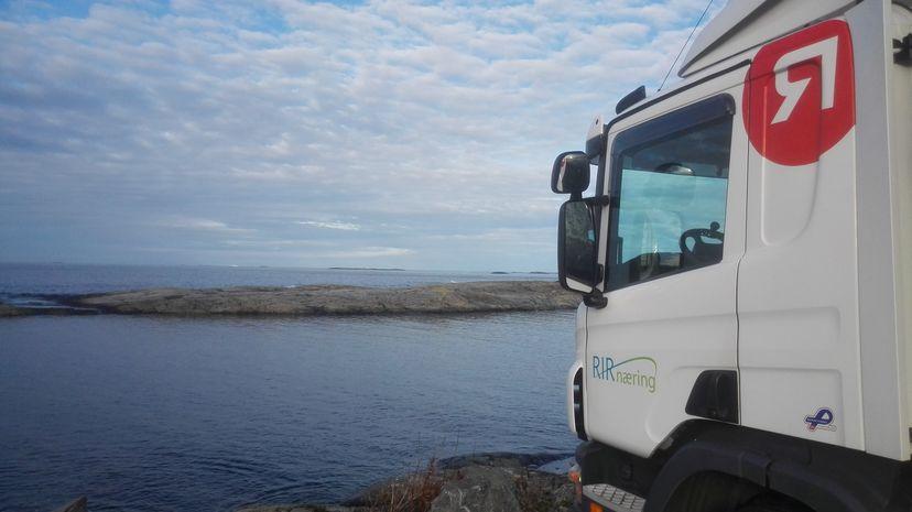 Lastebil ved fjorden (foto)